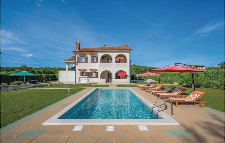 Colorful villa with pool in Motovun