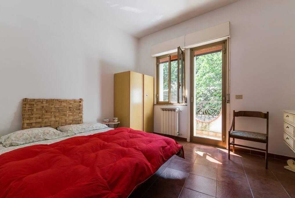 La seconda camera da letto matrimoniale con il letto separabile n due singoli.