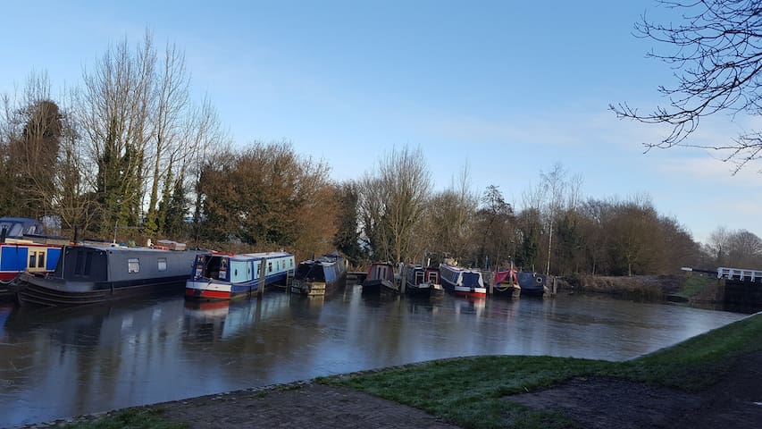 Modern double room with an en-suite; canal view. - Devizes - Hus