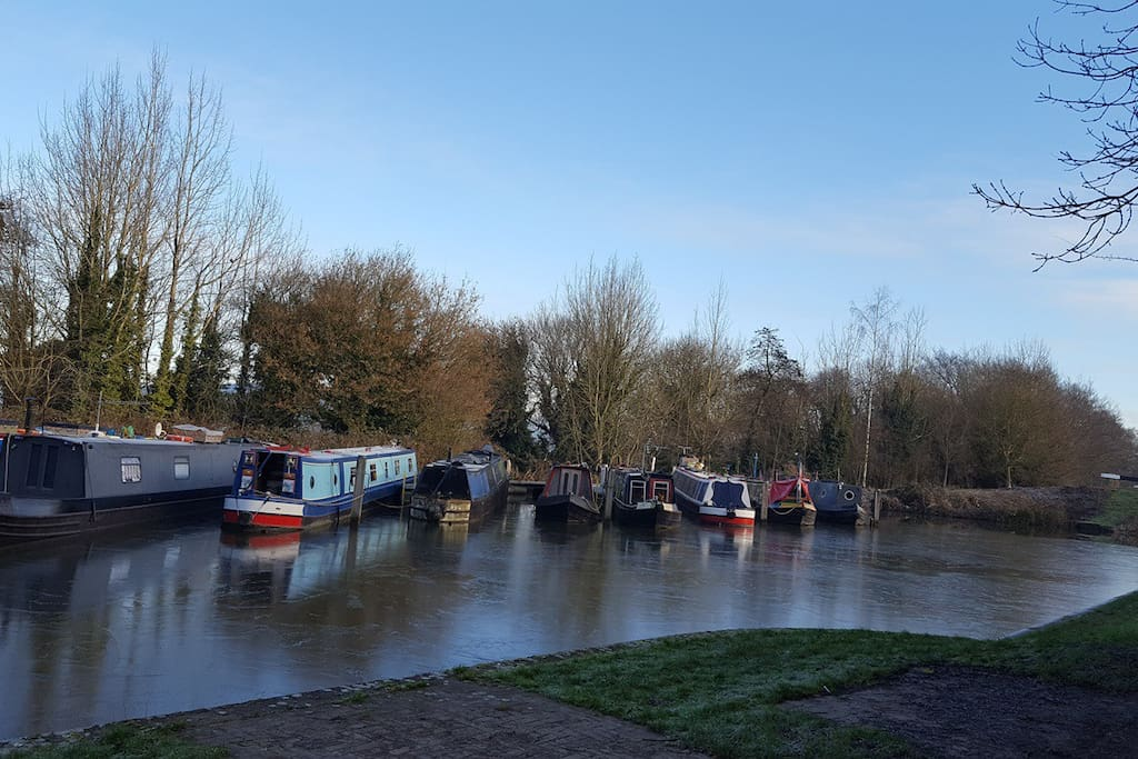Barges moored up at the top of the Caen Hill flight of locks - we are a minute's walk from here