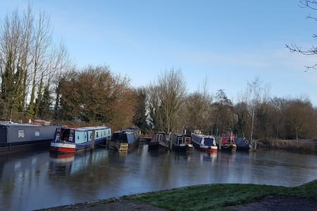 Modern double room with an en-suite; canal view. - Devizes - Дом