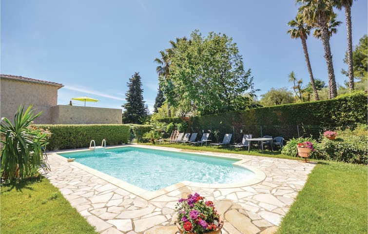 Holiday cottage with 2 bedrooms on 130m² in Le Rouret