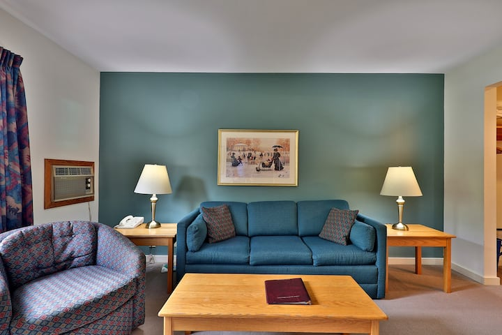 119/121 Deluxe one bedroom suite located on first floor w/outdoor heated pool