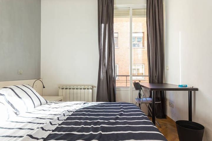 Nice Room with balcony Line 1 close to Atocha