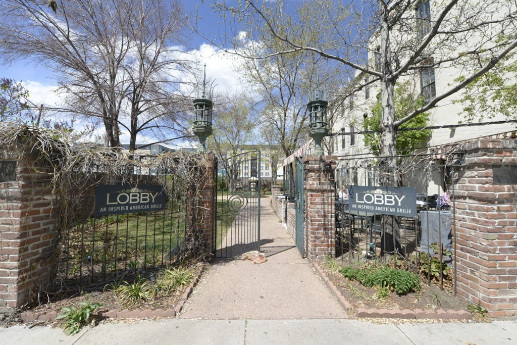 Entry to courtyard from Arapahoe Street.