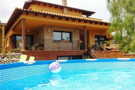 Casa (13 pers) con jardín, piscina, a 10min playa - Calafell
