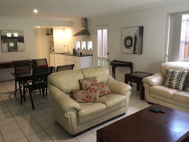 Brisbane stay in leafy Bardon close to city