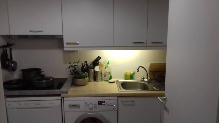Cuisine équipée d'un lave linge et lave vaisselle