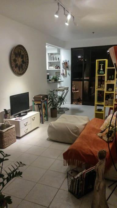 Sala de estar à noite: iluminação e silêncio
