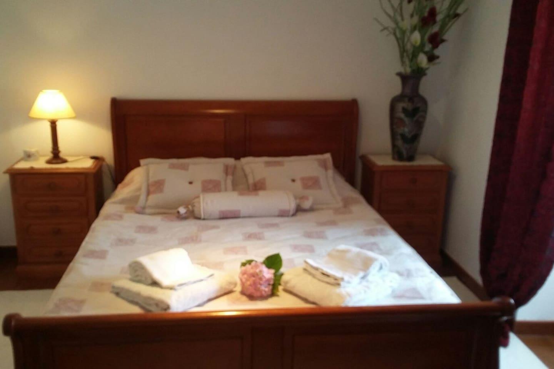 Quarto principal com cama de casal