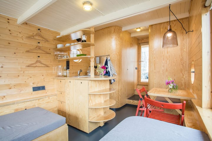 *new* Houseboat Saturnin
