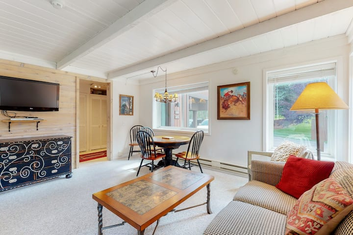 Charming, ski-themed studio w/free WiFi, full kitchen - near downtown Sun Valley
