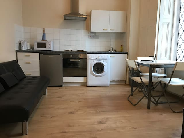 Triple studio flat in Earl's court ( suits 3 )