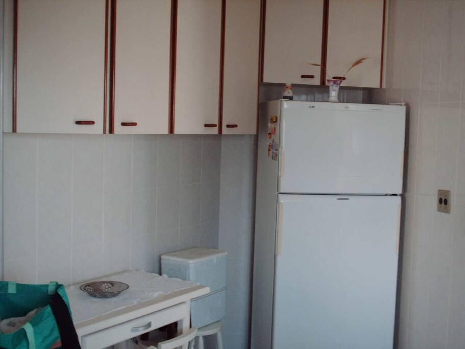 Cozinha (geladeira, fogão e utensílios)