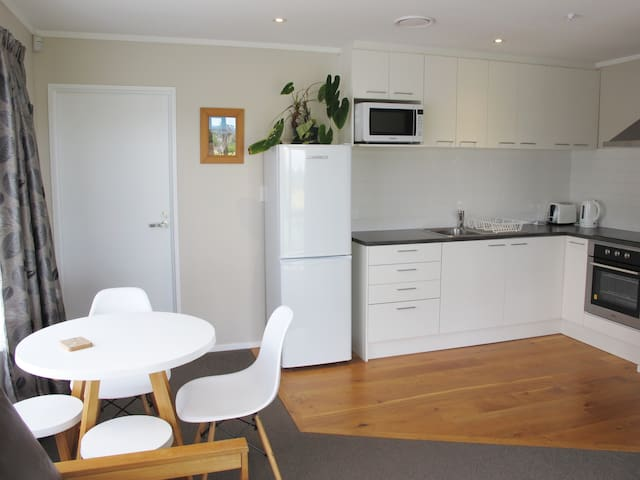 Quiet & Bright One Bedroom Flat with full kitchen