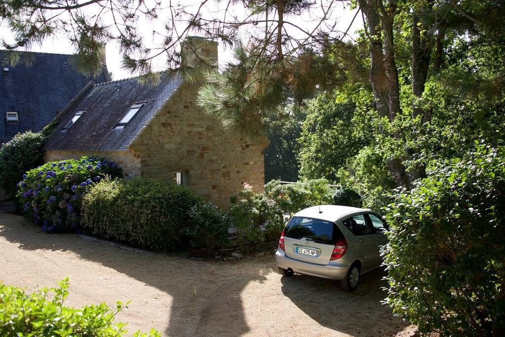 accès à la maison avec parking réservé (2 voitures)