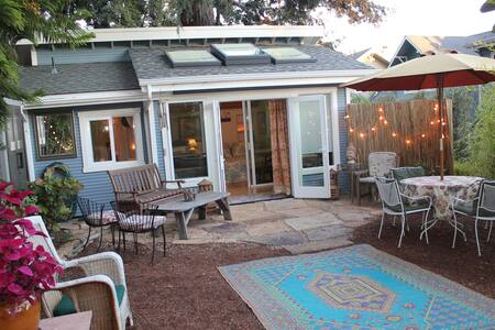 Private, quiet, light 2 rm studio invites beautiful garden surroundings inside. 15 min walk to active downtown, 1.5 mi. to beach or UCSC. Queen bed & double bed can be separated by glass sliding door. Privt entrance, full kitchen/bathroom & internet!