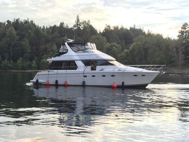 Double O Seven Yacht on Willamette River