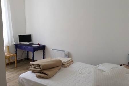 Jolie Chambre avec salle de bain - Lurbe-Saint-Christau - บ้าน
