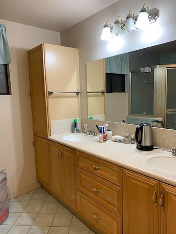 干湿分离 有独立淋浴区域 有二个洗脸盆 大镜面的独立卫生间