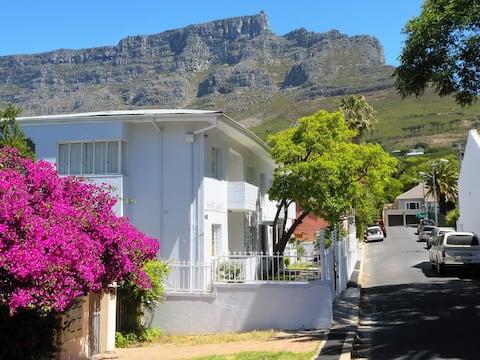 Lovely balcony studio,  great views Table Mountain