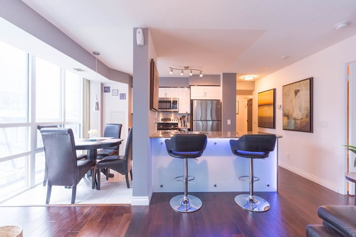 Spacious 2 bed/2bath steps to CN tower/Union stn