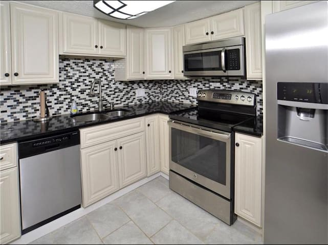 Luxury apt w jet tub & private deck - Pittsburgh - Apartmen