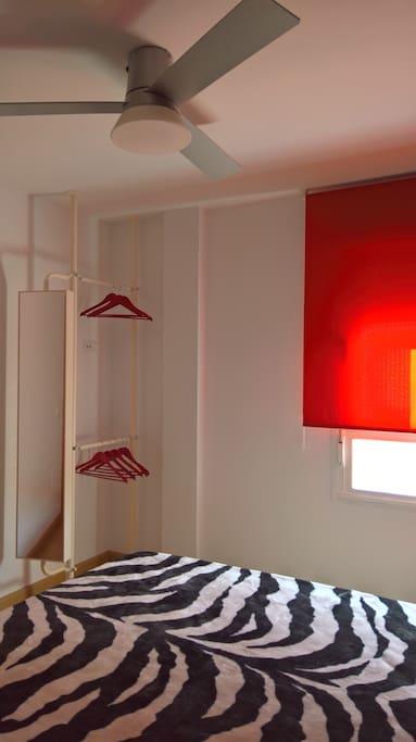 vestidor del dormitorio con cama de 150