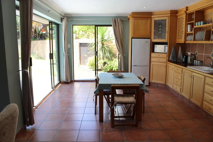 Beautifully furnished private apartment with pool. - Port Elizabeth - Huoneisto
