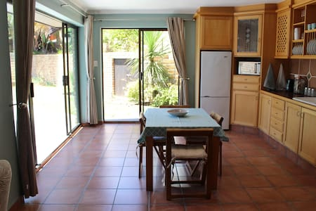 Beautifully furnished private apartment with pool. - Port Elizabeth - Byt