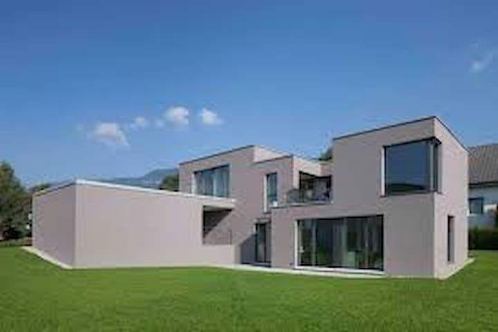 Gartenhaus mit Sicht auf Alpen