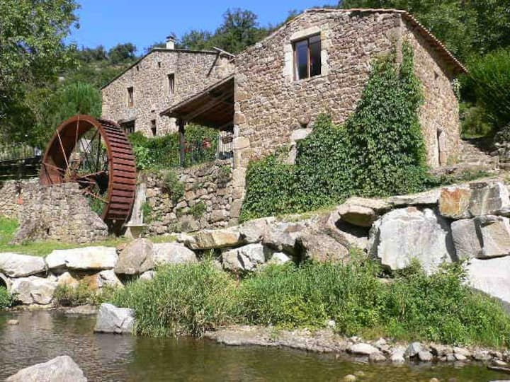 Studio vue rivière en Ardèche verte avec piscine