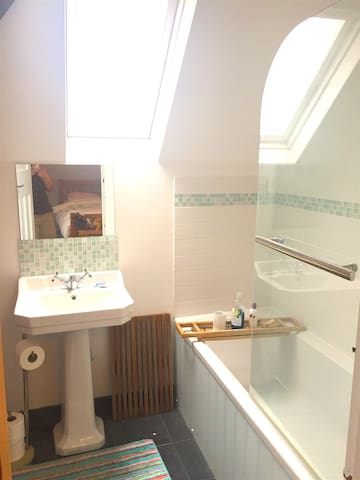 Ensuite with WC, basin, bath and over-bath shower