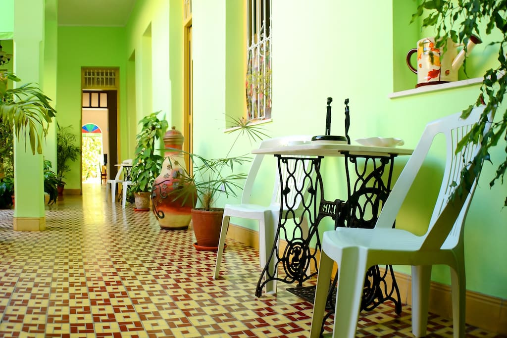 Vista del pasillo principal con la decoración en Hostal Francisco.