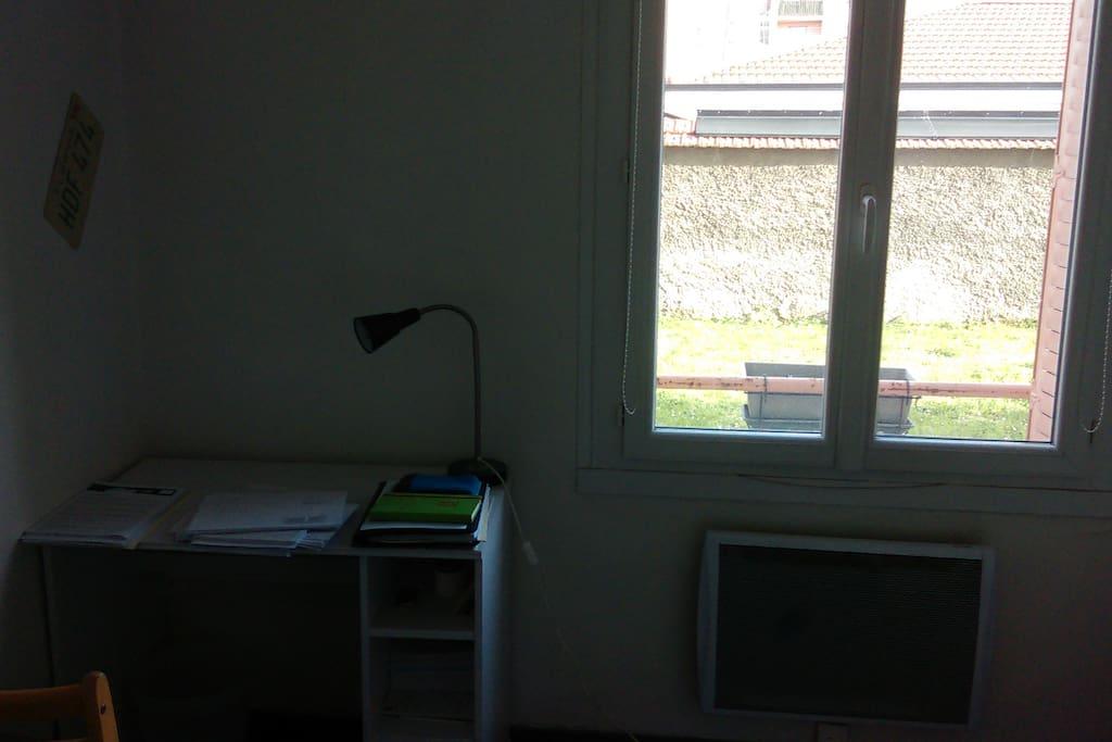 Coin bureau, Fenêtre donnant sur la pelouse privée (pas de vis-à-vis malgré le rez-de-chaussée)