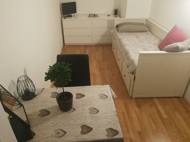 Central and cozy single room with private terrace!