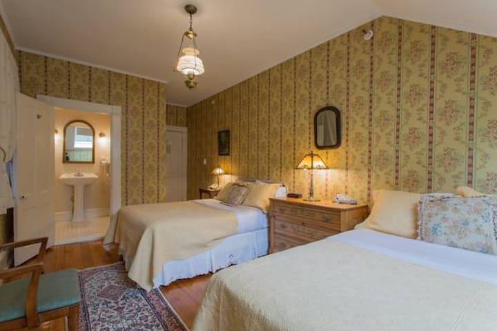 Room 6: Bonnie Brae - Apple Tree Inn