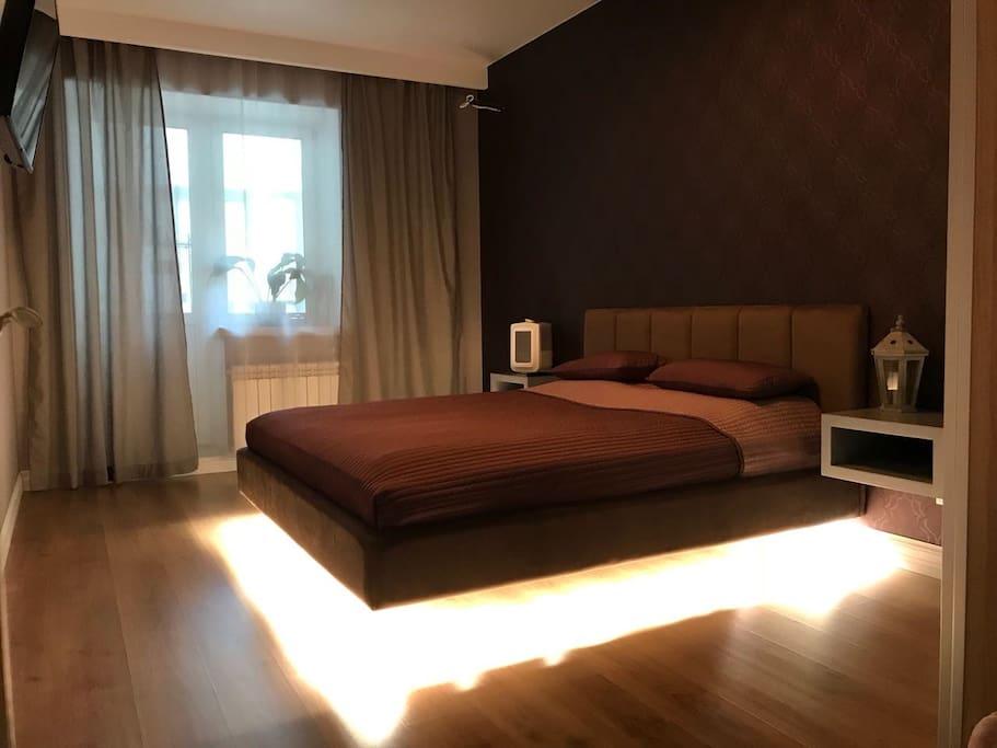 Кровать двуспальная парящая с подсветкой