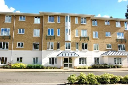 1 bedroom riverside flat in a private road in Kew - Richmond