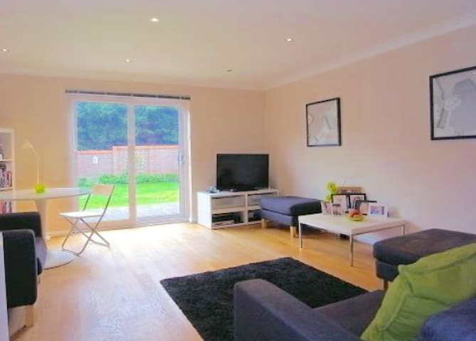 Whole 3 Bed Det in Guildford,quiet and comfortable - Guildford