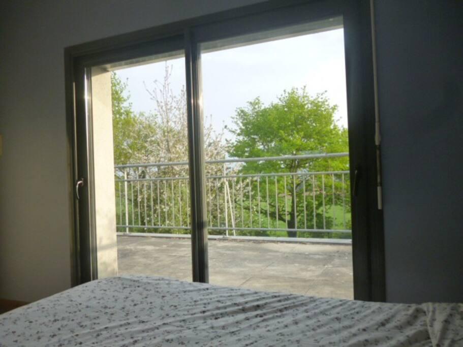 La vue depuis le lit vers le balcon
