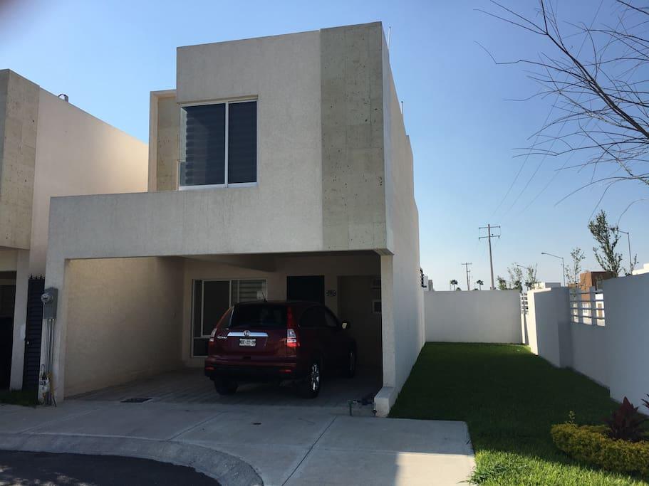 Vista exterior de la casa en esquina con terreno adicional