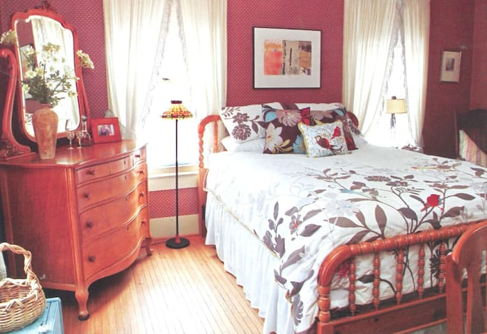 House Content B&B in Mendon, NY:  English Cottage - Honeoye Falls - Casa
