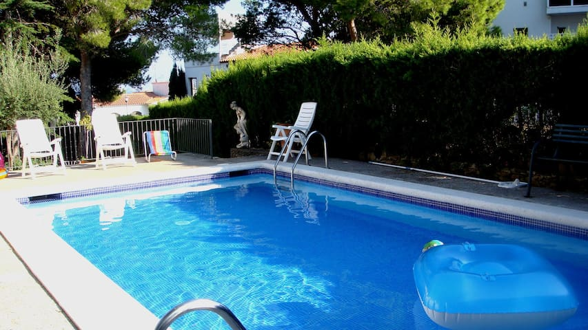 098 Villa to rent with a private garden and pool quiet area