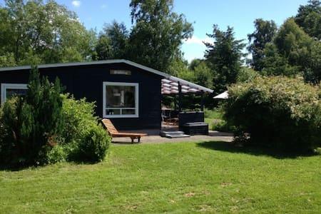 Sejerøbugten - hyggeligt sommerhus udlejes - Vig - Blockhütte