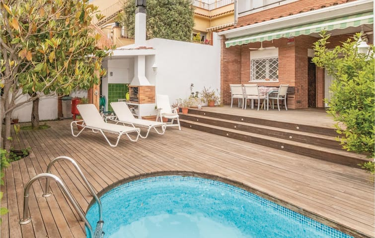 Holiday cottage with 4 bedrooms on 250m² in Malgrat de Mar