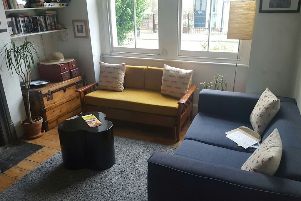 Lounge with yellow single bed couch
