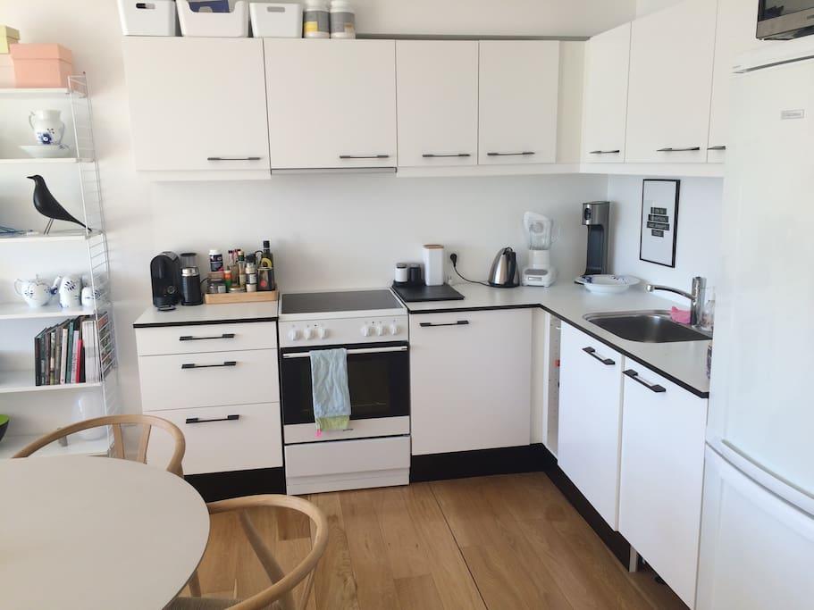 Køkken/alrum med spiseplads