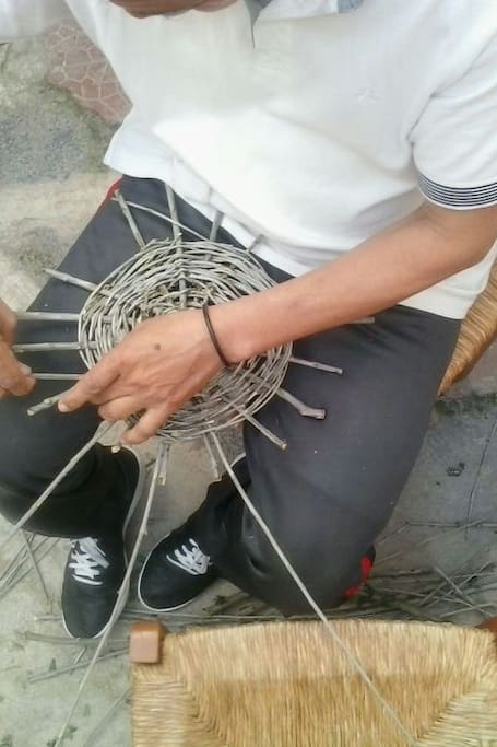 Lavorazione della base di un cesto.