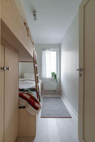 Sovrum med 2 enkelsängar (våningssäng). Lakan och handdukar ingår.